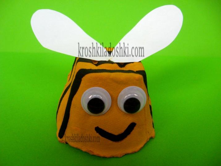 пчелка из яичных лотков