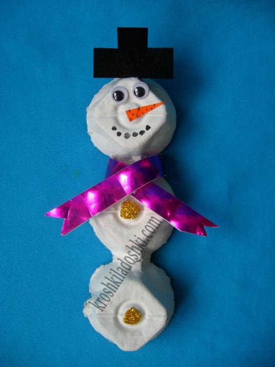 снеговик из яичных лотков